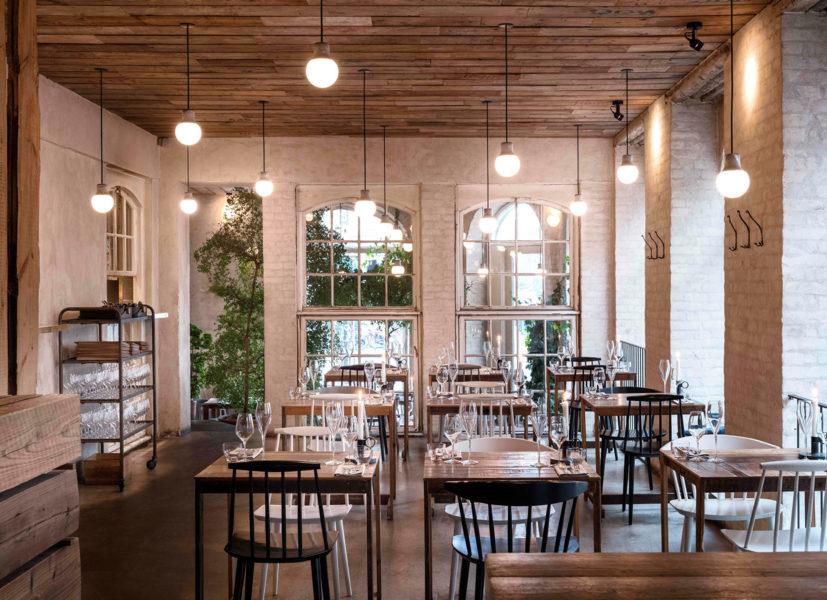 Høst - Nørre Farimagsgade 41,1348, Indre By +45.899.384.09, NettstedHøst er rett og slett en vakker restaurant (og kritikerne er enige, restauranten har vunnet mange designpriser). Det fineste rommet ser ut som et drivhus med masse grønne planter. Det er en fast meny med tre retter, men innimellom kommer flere overraskelser fra kjøkkenet. Dette er en av de beste restaurantene i København for tiden og vel verdt et besøk.