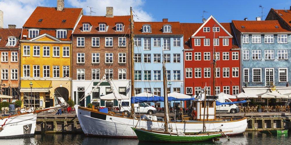 Nyhavn - Nyhavn 1-71, 1051, Indre By, +45 33 12 32 33, NettstedDu kommer ikke unna Nyhavn når man snakker om København, og det er virkelig et ikonisk og unikt landemerke. Opprinnelig var Nyhavn en kommersiell havn, men består nå for det meste av restaurants. Nyhavn er full av mennesker som nyter den avslappende atmosfæren, musikk og god mat. Hans Christian Andersen har bodd i no. 20., no. 67 og no. 18.