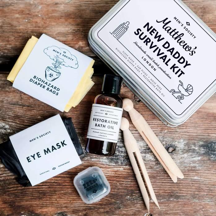 Personalised New Daddy Survival Kit - Dette gavesettet inneholder the Men's Society heavenly bath oil. Det lages i Norfolk, UK, og har en beroligende blanding av lavendel og sandeltre.Settet inneholder også blant annet øreplugger…£25.00 GBP