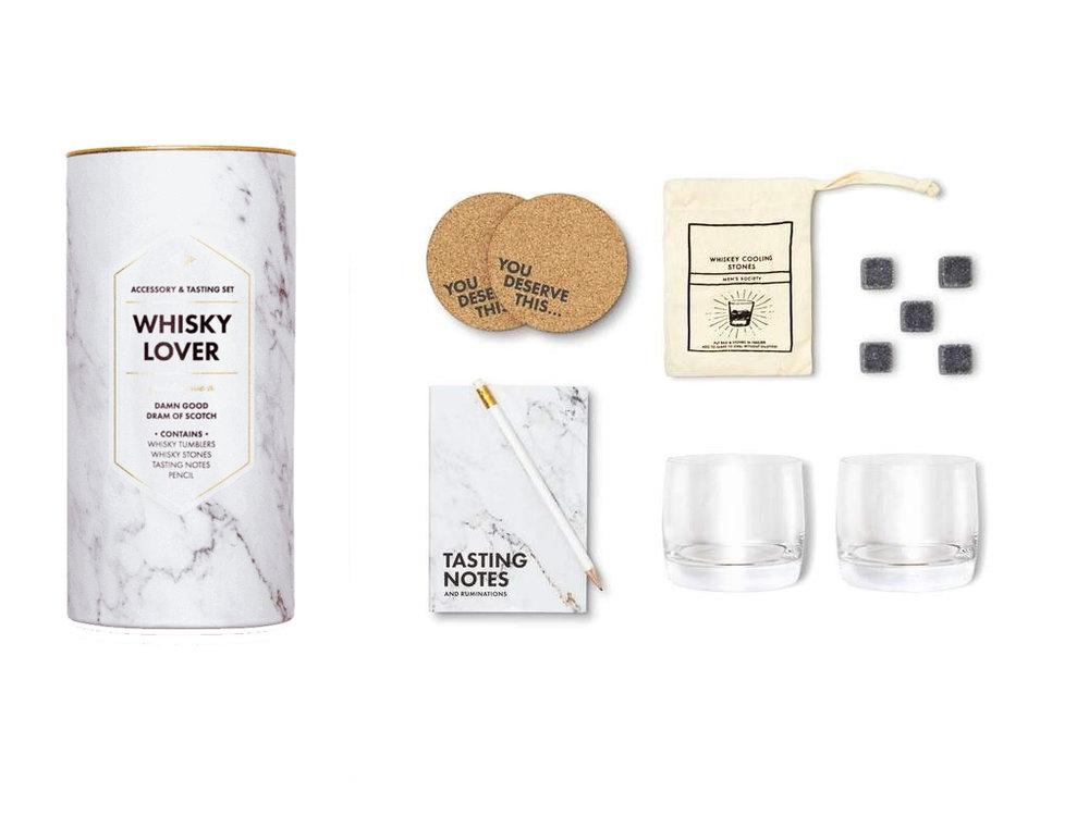 Whisky Lover - Accessory & Tasting Kit - Hvis han liker whiskey, kommer han til å elske glassene, whiskeysteinene og den lille notisblokken.Dette gavesettet gjør hvert glass til en opplevelse.£45 GBP