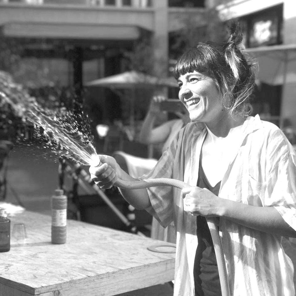 Paula Pernas    Pedagogía activa+ Artes escénicas   Paula es una enamorada de la cultura de la infancia y una activista convencida de que la base de todo cambio está en la educación.  Nos encontramos queriendo crear alternativas educativas y culturales para la primera infancia.  Juntas hacemos posible que la creatividad y el aprendizaje se encuentren jugando en entornos de respeto y observación comprometida, cuidada y consciente.