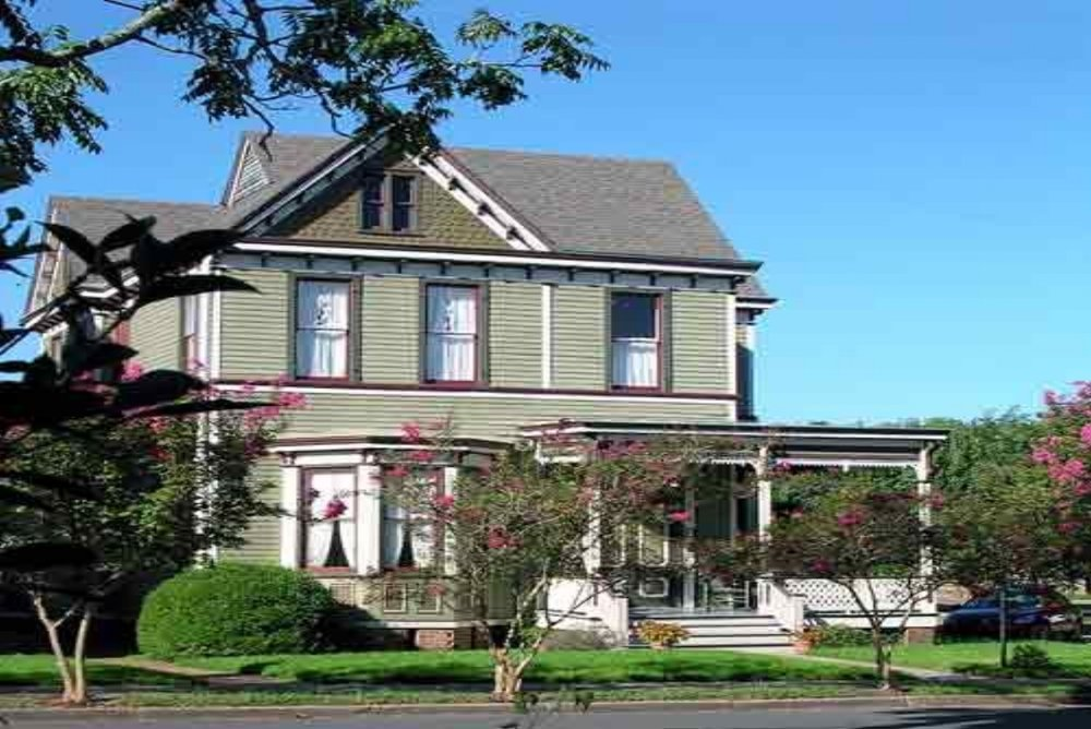 Wensel House B&B - (601)445-8577 View Website3 Guest Rooms with private bathsDowntown LocationChildren 5+ years WelcomeModerate Rates