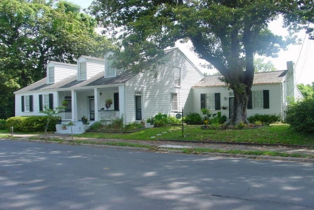 Magnolia Cottage B&B - (601) 807-5260 View Website1 Guest Cottage with private entranceDowntown LocationIntimate WeddingsGardens