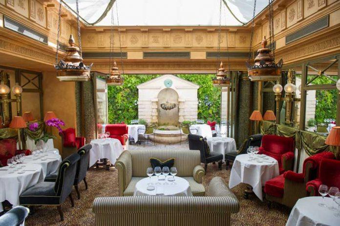 Le-Bar-de-LHotel-in-Paris-696x463.jpg