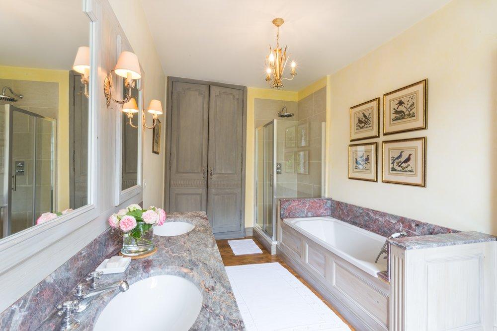 bathroom bleue room.jpg