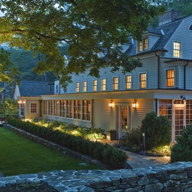 Love warm nights at the Bedford Post Inn, a charming @relaischateaux property with a lovely restaurant and dreamy outdoor patio 📸 by @bedfordpostinn #bedford #sowestchester