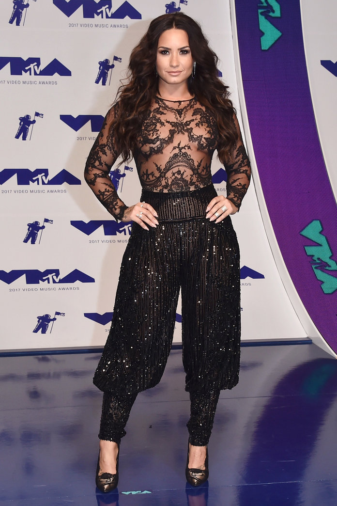 082717-vma-red-carpet-demi-slide.jpg
