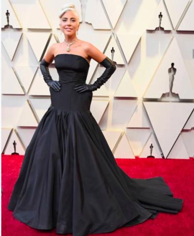 Lady Gaga et sa robe signée Alexander McQueen inspirée du style Old Hollywood qu'elle fait revivre à la perfection.