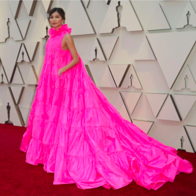 L'actrice Gemma Chan dans une sublime robe de soie rose magenta . Elle se déployait comme une fleur printanière… Merci à la maison Valentino pour cette belle poésie romantique !