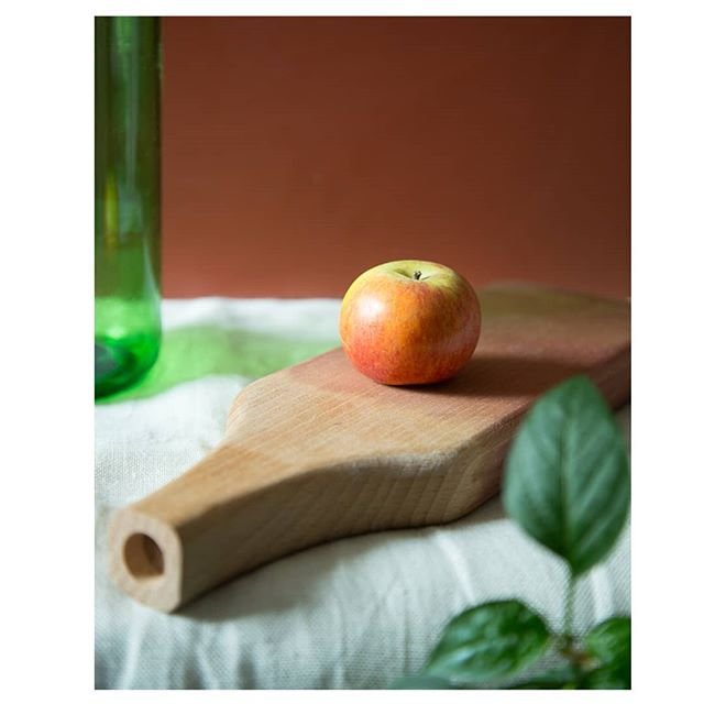 Our Bottiglione chopping board really is the #apple of our eye  #inspiredbywine #choppingboard #wine #bottiglione #winebottle #homewares #solidwood #uniquehomewares #wood #woodwork #homeware #kitchen #kitchenware #red #green