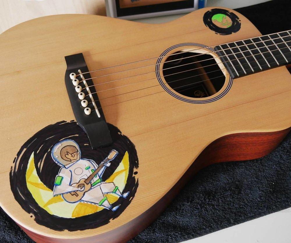 elisaliuart-guitar-custom-girl-on-the-moon-05.jpg