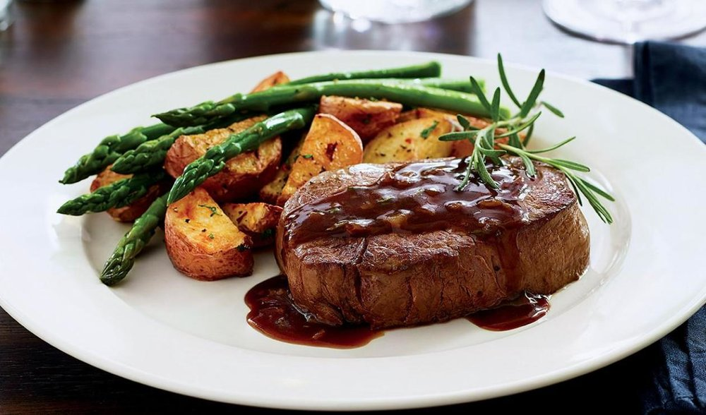 filet-mignon-with-garlic-and-rosemary-sauce-50202423.jpg
