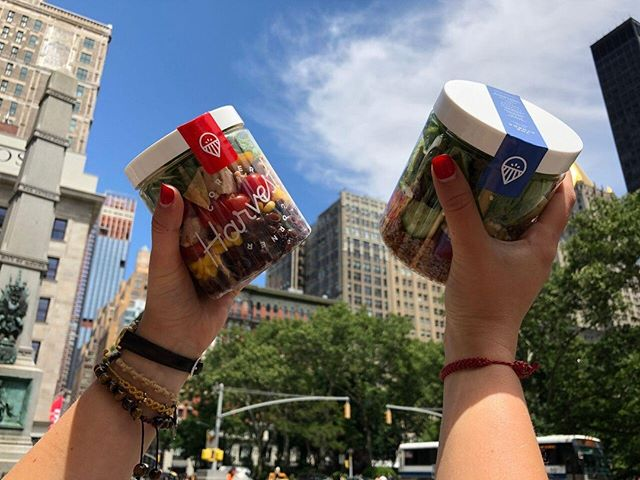 Finding a healthy balance in the city that never sleeps has never been so easy 🏙️❤️🗽 . . . #fitfam #TalkChop #NYCeats #healthy #cleaneating #mealprep #onthego #fitspo #salad