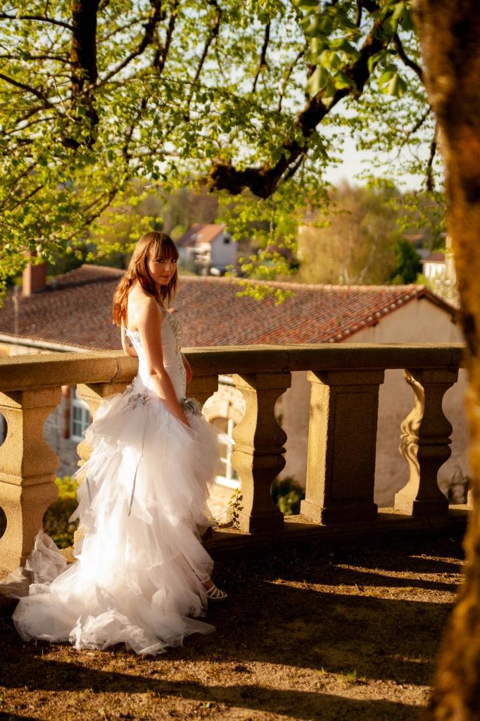 Mariée brune en robe blanch et grise
