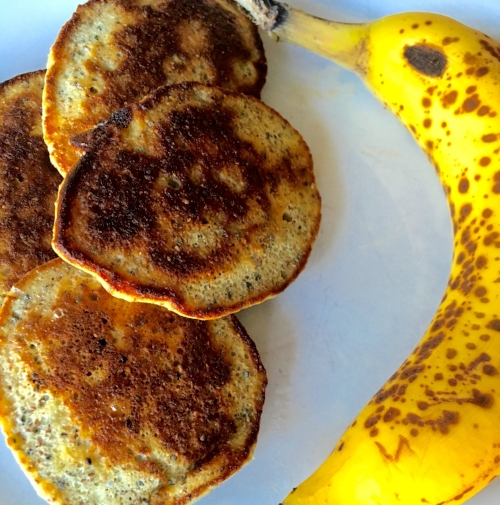 Two-ingredient egg and banana pancakes: easy for baby to eat!