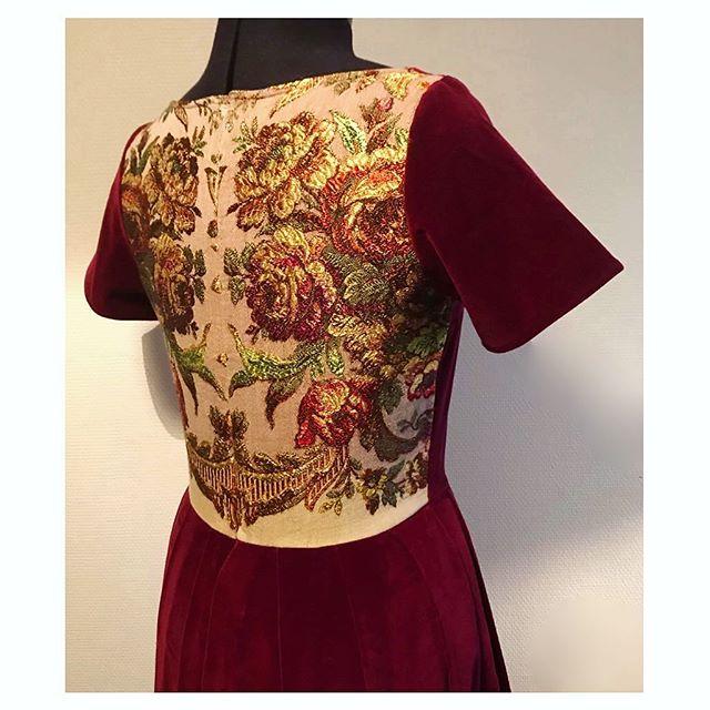 Resten av duken fra partytøflene (se forrige innlegg) ble akkurat nok til å dekke ryggen på årets julekjole 👗 • • • • 🇬🇧 An old tablecloth is getting a second chance as the back on my new Christmas dress 👗 • • • • #sewfrosting #happysewing #dressmaking #partydress #refashion #christmasdress #loppisfunn #diyclothes #syglede #sysysy #upcyclefashion #sewingfun #lovetosew #julekjole #återbruk #gjenbruk #omsøm #redesign #memade #imakemyownclothes #visygale #sytokig #nähenistliebe #selfsewnwardrobe #dresses #engangtil #duk #instasew #sewcialist