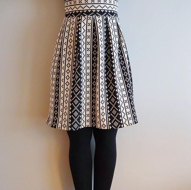 Ny kjole! Halvparten av den ihvertfall. Den andre halvdelen har tatt helg 😴, kommer sterkere tilbake en annen dag ☺️ Stoff: jersey fra @stoffstil 👗 • • • • 🇬🇧 Half of my new dress 😀 The other half will show up another day (preferably not a tired Friday☺️) 👗 Fabric from @stoffstil • • • • #stoffstildiy #sewingwithknits #instasew #skandinavisyr #syglede #blackwhite #sysysy #nrksy #inspirasjonstråden #jerseystoff #makers #sewist #nähenistliebe #dressmaking #dressmaker #pleats #kjole #jerseyfabric #syselv #memade #isew #sewingisfun #sewsewsew #visytokiga #sewcialist #dresssewing #sewersgonnasew #sewersofinstagram