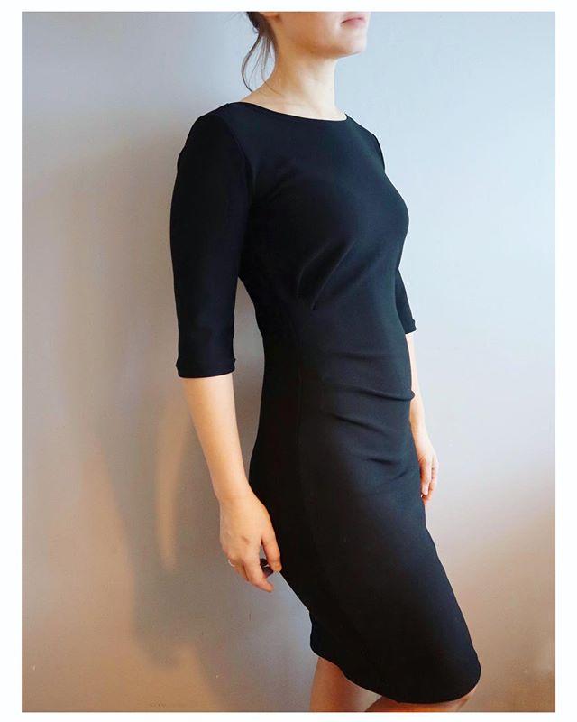 Fikk teste dette fine nye mønsteret fra @marimelilot 👗 Enkel jerseykjole med fine legg i siden som gir den kjempefin fasong 👌 sjekk #therunadress for bedre bilder, litt vanskelig å frem detaljene på en helsvart kjole... • • • • 🇬🇧 I really recommend this new pattern from @marimelilot. Quick and easy knitdress with lovely shaping details in the waist 😀👗 #patterntesting • • • • #nyttmønster #melilotpatterns #littleblackdress #sewingwithknits #patterntester #ilovetosew #sewist #jerseyfabric #skandinaviasyr #syglede #sysysy #makingadress #fortheloveofsewing #sewmuchfun #newpattern #sewingpattern #nähenistliebe #sewersgonnasew #isew #isewmyownclothes #søm #visytokiga #memade #memadedress #dressy #knitfabric #wesew