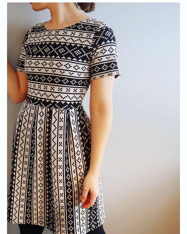 Istedenfor å bruke mønster tok jeg denne gangen en t-skjorte med god passform og brukte som mal til overdelen + klipte to firkanter og lagde folder hele veien rundt = skjørtet 😀👗 Kan bli litt lei av å styre med mønster noen ganger så greit med litt slumpesying innimellom. Stort sett blir det også ganske bra 😀👍 jerseystoff fra @stoffstil • • • • 🇬🇧 Quite a busy fabric, but it works pretty well on a simple dress like this 👗 instead of a pattern I just used a t-shirt as a guide for the top (cut around it), and pleated two square pieces of fabric for the skirt 😀🧵 • • • • #memadedress #stoffstildiy #sewingaddict #diywardrobe #sewersgonnasew #seamstress #seamstresslife #seamstressofinstagram #sewingmystash #handmadegarments #instasew #instasewers #oslosews #skandinaviasyr #nrksy #sysysy #syglede #søm #sömnad #nahen #dressy #diydress #diydressmaker #håndlaget #hjemmelaget #syddselv