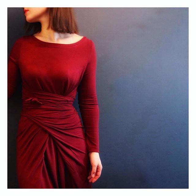Jeg er jo generelt fan av kjoler som er litt løse rundt magen (les #IBSmage) og dette er jo strengt tatt det totalt motsatte, men den er mye mer behagelig enn den ser ut som. Og veldig kul da synes jeg 💃🏼 Mønster er #kielowrapdress og den er sydd i tynn jersey fra @stoffstil 👗 • • • • 🇬🇧 Finally finished the #kielodress from @namedclothing that I started on in November 🙈☺️ Love the waist on this dress and that it looks really fitted, but is actually super comfy 👌  #namedclothing #sewtwistsandties #sewsew #sewwithknits #skandinaviasyr #lovetosew #sewinglife #sysysy #seamstressesofinstagram #instasewing #reddresses #sömnad #nähenistliebe #brothersews #stoffstildiy #rødkjole #indiepatterns #indiesewing #namedpatterns #memadeclothes #diyclothes #diydress #fashionsewing #longsleevedress #winterdresses