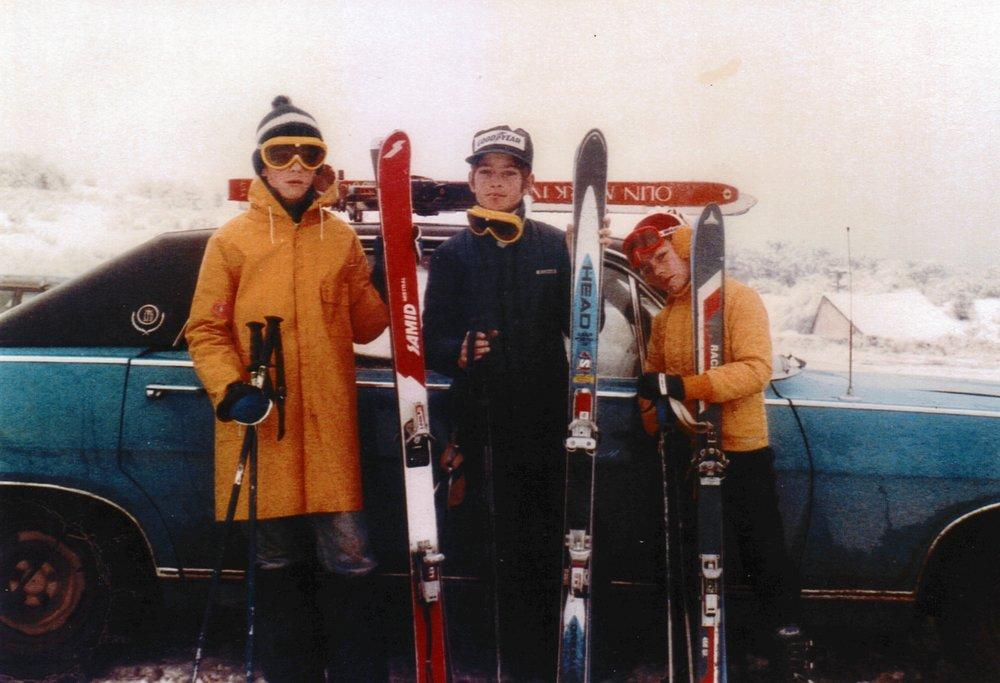 Con sus hermanos Carlos y Juan, listos para esquiar en San Martín de los Andes.