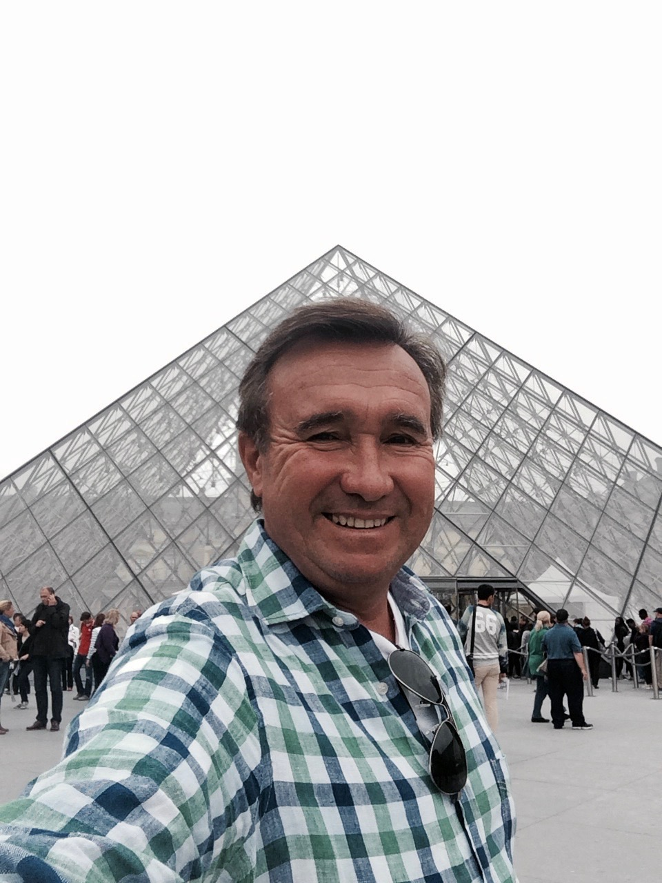Una selfie frente a la pirámide del Louvre...