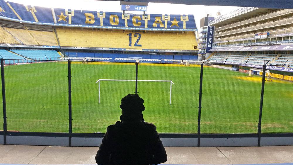 En el mítico estadio porteño de Boca Juniors, fotografiado por su mujer.