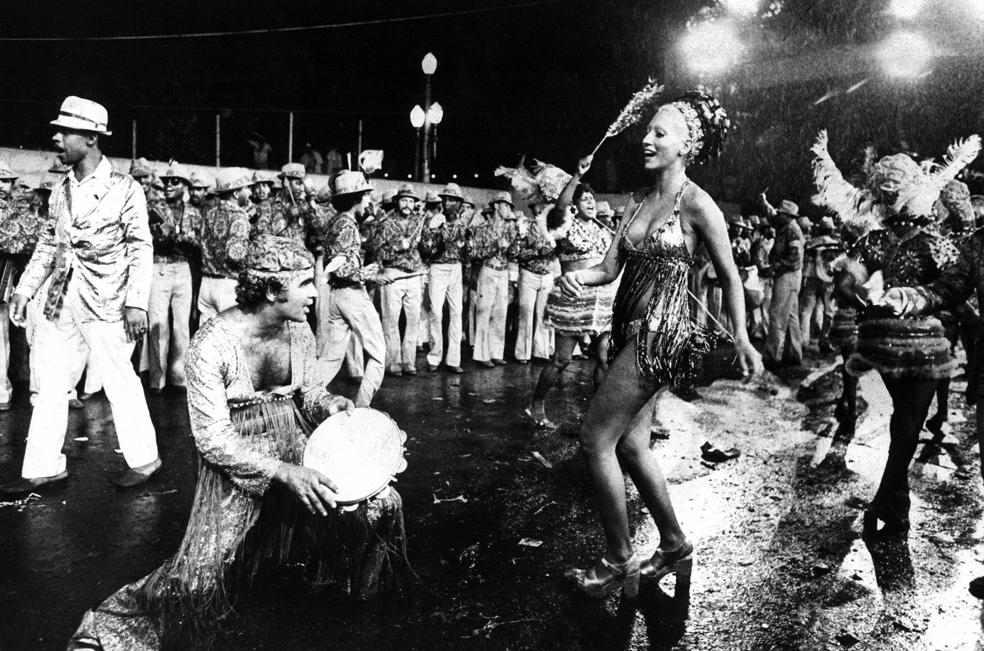 Bajo la lluvia, en el verano del 73: otra escena del carnaval carioca previo al sambódromo.