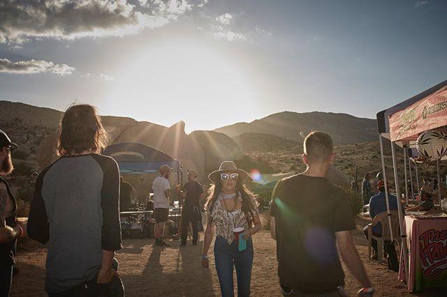 🌵🌞🏜 - #stonedanddusted #goodtimes #memorialdayweekend #memories #epic #bands #campout #food #desertrock #joshuatree #bouldergarden - 📸 : @kipdawkinsphoto