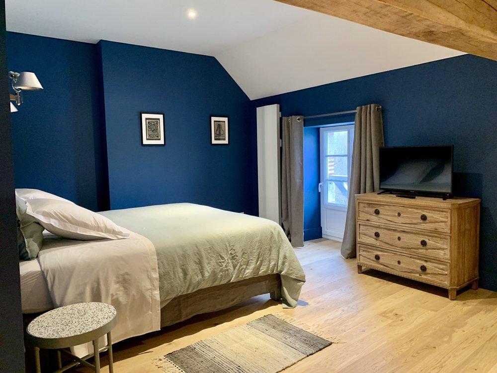 chambre Sacha meur bleu commode bois et vue