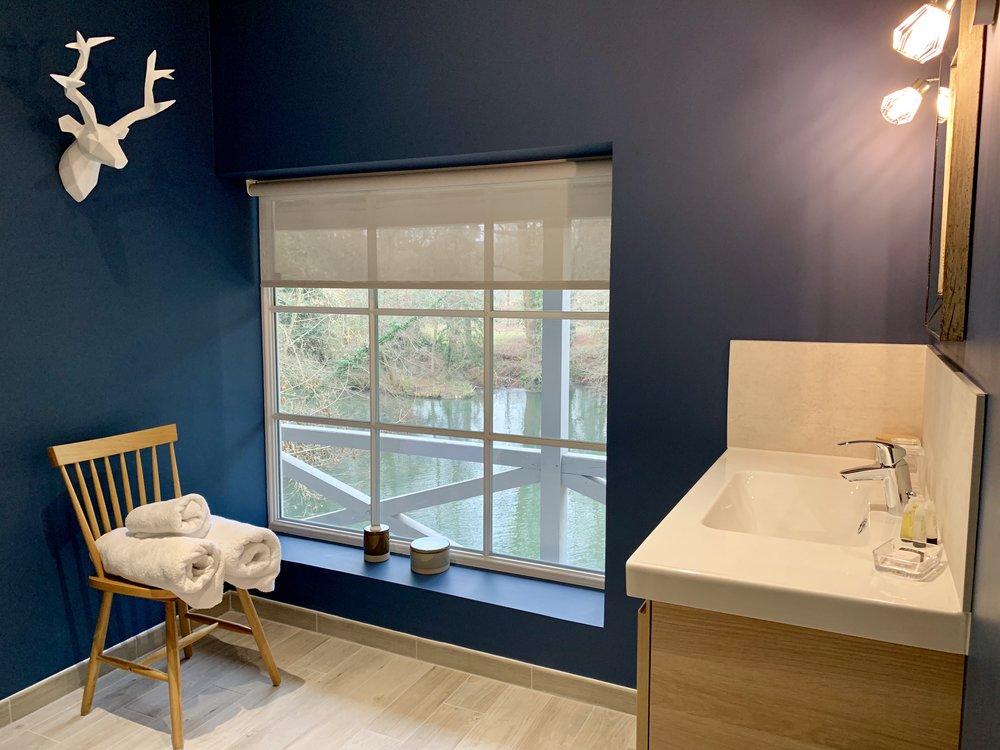 salle de bain meuble vasque serviettes vue rivière céramique
