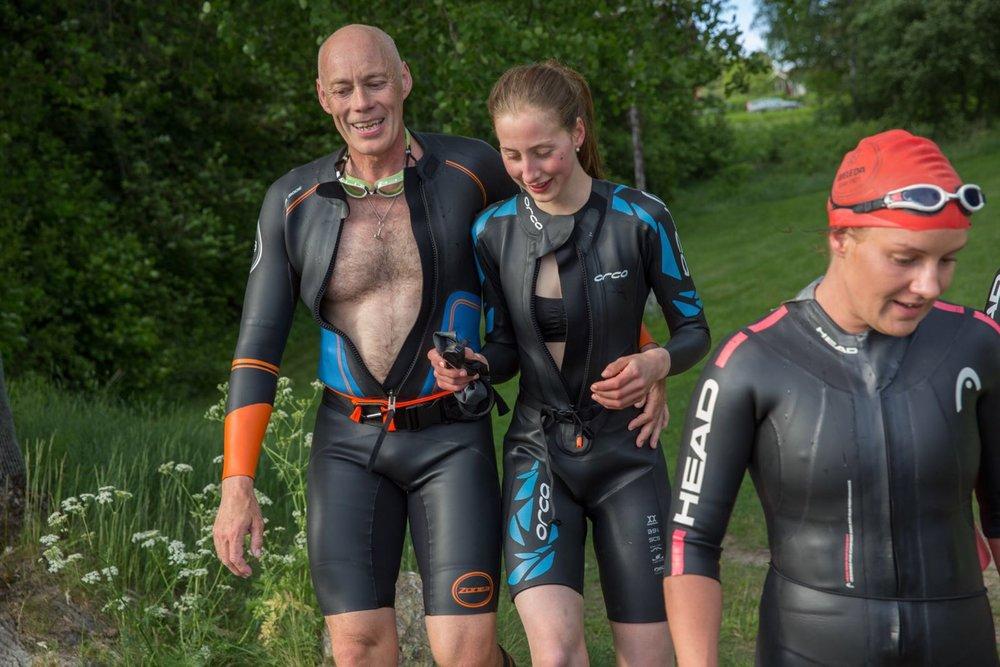 Simma och vandra/springa passar hela familjen. Här tränar guiden Jonas Hållén med dottern Diana.