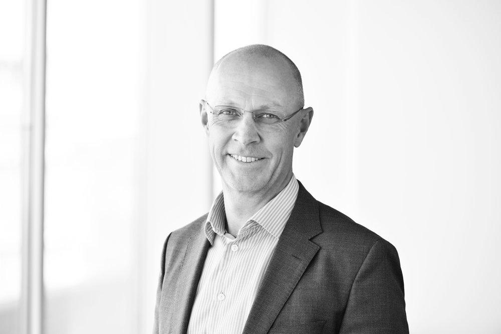 Lars - Lars Jarmstad /PartnerLars har en internationell bakgrund huvudsakligen inom IT och professional services. Han har haft olika ledarpositioner såsom ansvar för affärsområden, affärsutveckling, försäljning och marknadsföring, mestadels inom Capgemini-gruppen. Han har även omfattande erfarenhet från ledande roller inom management consulting i företag som Gemini Consulting/Capgemini, Accenture och senast den norska boutique-konsulten Bene Agere, med huvudfokus på storskaliga förbättringsprogram och tillväxt. Lars har examen som civilekonom och har studerat matematik och fysik vid Lunds Universitet.+46 (0)70 521 40 19 /lars.jarmstad@nordicinterim.com