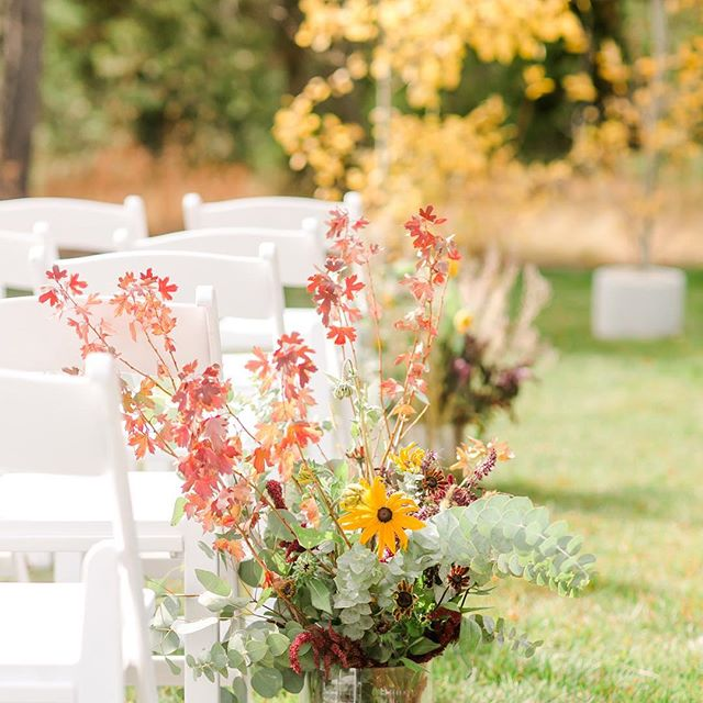 dreaming of last weekends wedding! can we do it again??! 📷: @keeleyabigailphotography . . . . #bitterbrushflowers @nicolejprovencher @porkslay_powslay #gtnp #fallweddingsinjackson