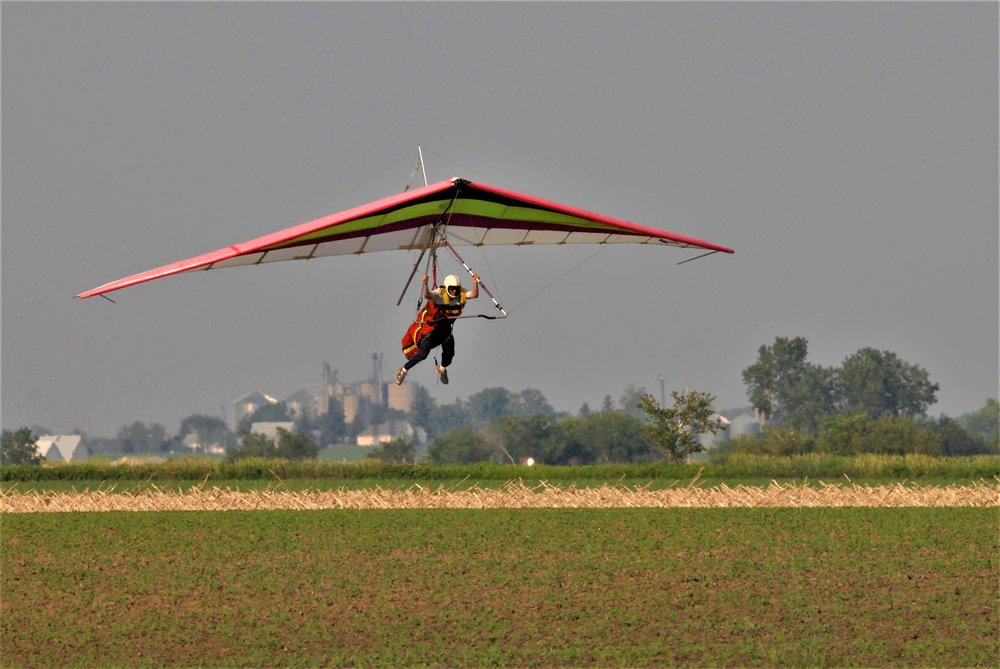 The thrill of hang gliding does not stop after your discovery flight!  Solo pilots can thermal for hours, relying only on skill and air currents to stay aloft.  Hang Glide Chicago is the premier Midwest Hang Gliding Flight School.  You can learn to fly, soar, and thermal right here just an hour outside of Chicago!