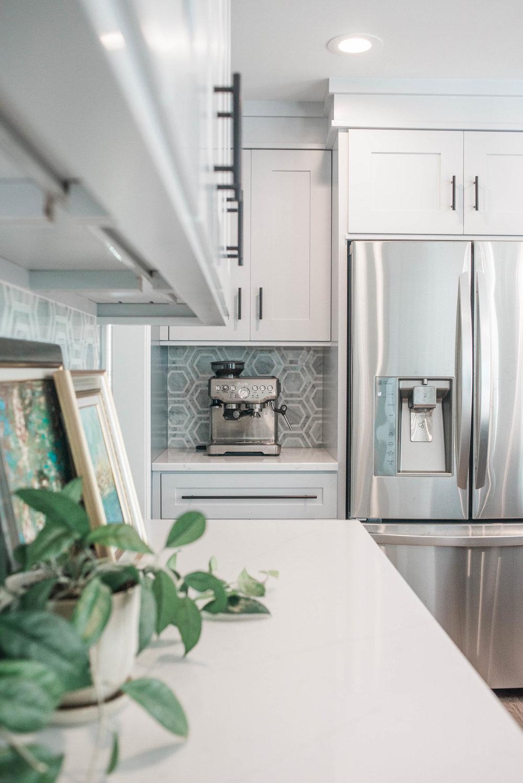 marble-backsplash-tile-white-cabinets