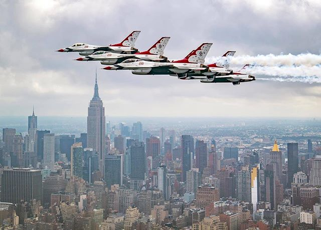 #FunFactFriday Did you know that the F-16 Fighting Falcons operated by the Thunderbirds can climb at a rate of 50,000 feet per minute? At that speed, you could climb to the top of the Empire State Building in 1.5 seconds! 😮 (Photo courtesy of the @afthunderbirds)