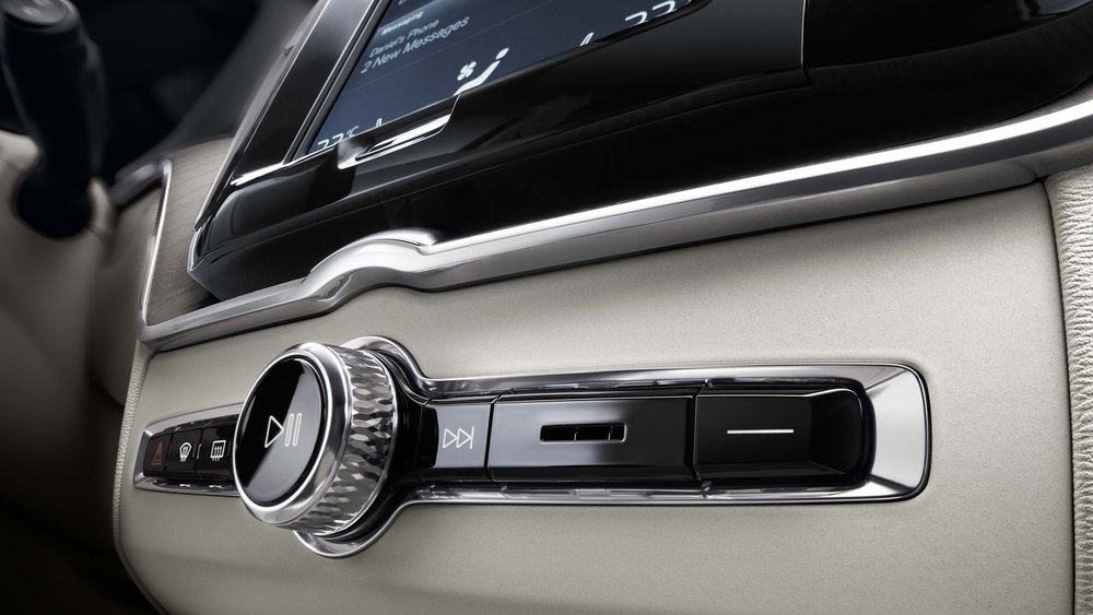 volvo-xc60-interior-audio-panel-detail-v1.jpg