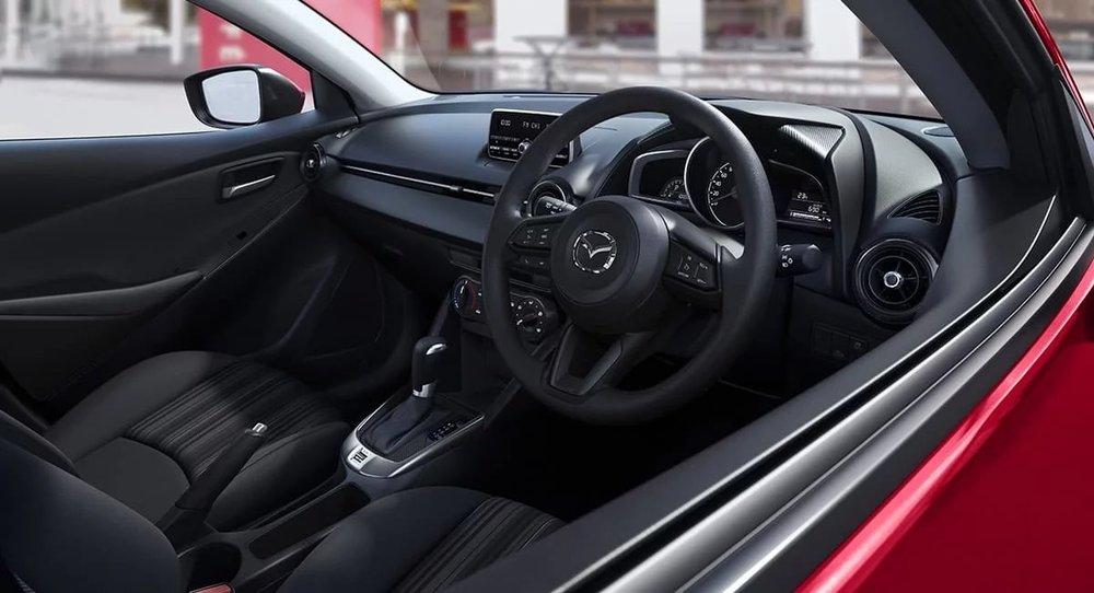 mazda2_neo_interior_black-cloth_hatch_r_auto.jpg