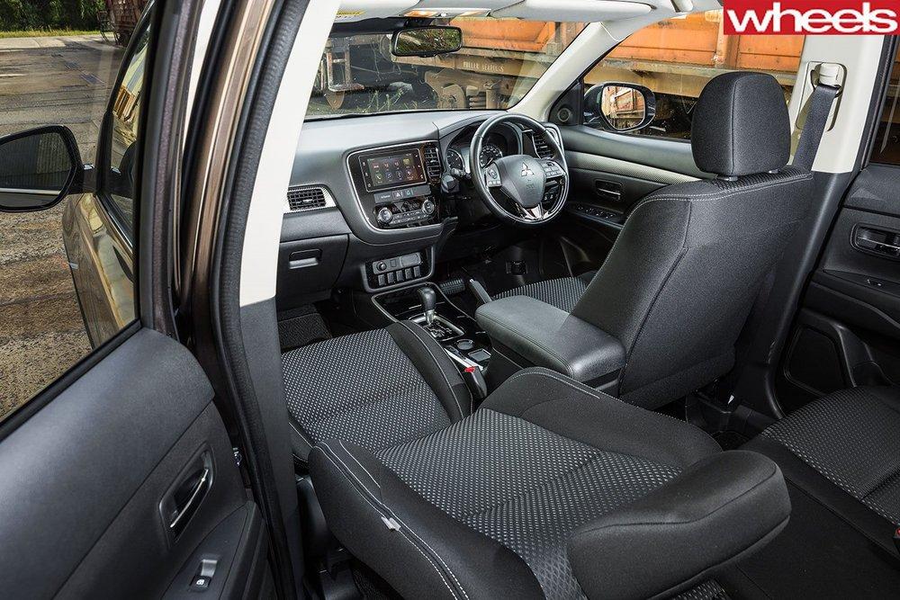 Mitsubishi-Outlander-LS-Safety-2017-interior.jpg