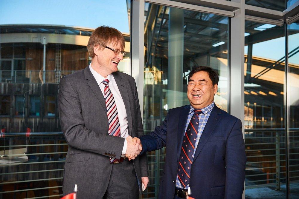 Avtalen ble forseglet med et håndtrykk mellom Nordlaks-sjef Inge Berg og visepresident i CIMC Raffles, Mr. Li Minggao