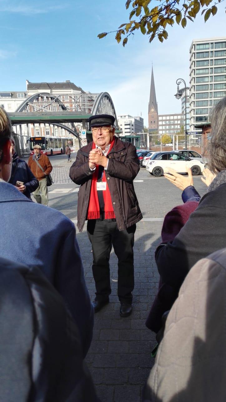 Guide Raimer führte die Landfrauen mit viel Info und noch mehr Humor durch Hamburg…