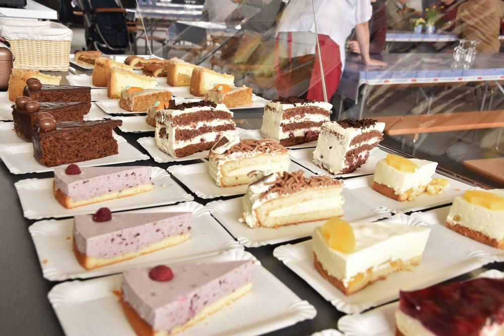 Herzlichen Dank allen Bäckerinnen - 50 wunderbare Torten und Kuchen wurden in zwei Tagen rübis und stübis verkauft!