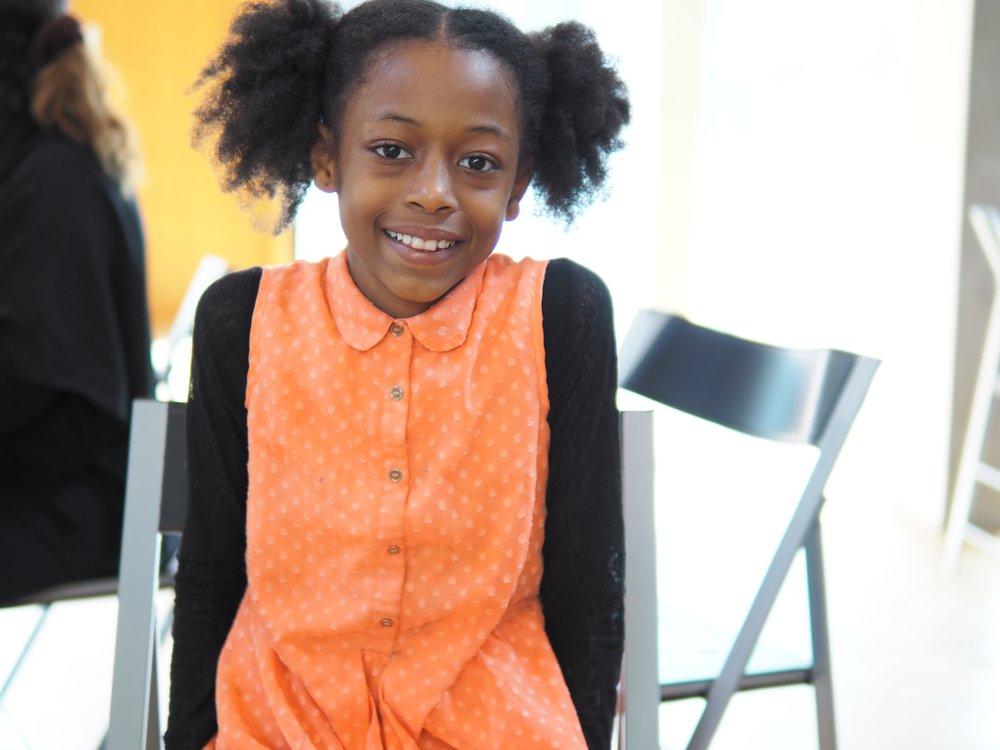 Hana på 10 år liker å lage ting. Foto: Yasmin Emeci.