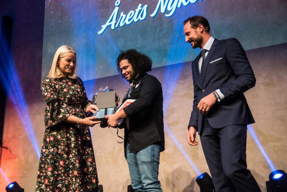 Mohamad Nabel Omr Deed får overrakt prisen for Årets nykommer i 2018 av H.K.H. Mette Marit og Kronsprins Haakon Magnus. Foto: CF Salicath.