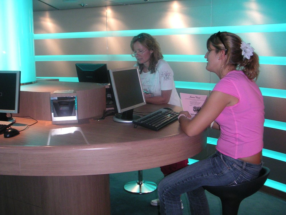2Ladies_Internetcafe.jpg