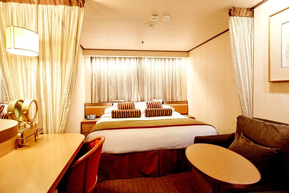 INNENKABINE DU/WC  16,4 m² Platz zum individuellen Entspannen • Einzelbetten, meist als Doppelbett arrangierbar • Sofa, teilweise als Bett arrangierbar • Bad mit Dusche & Föhn • TV-Flachbildschirm, Telefon & Safe, individuell regulierbare Klimaanlage