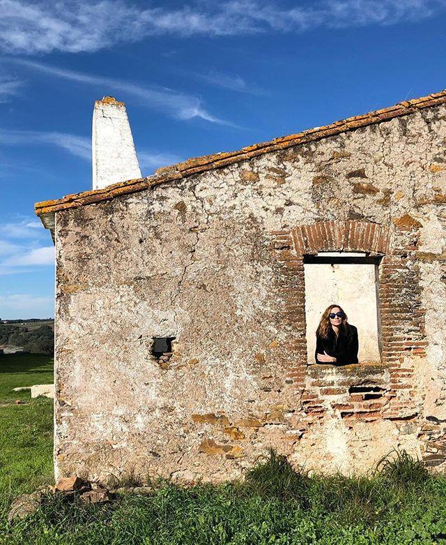 De janela aberta para 2019! 🏠. . Quem o diz é a fantástica Jornalista da @SicNoticias 💕 @ropinto. E nós claro, confirmamos dado o facto de que em 2019 faremos mais e melhor. #VisitAvis 🌿. . #Natureza #Alentejo #VisitAlentejo #VisitPortugal #casasdoalentejo #alentejolovers #alentejogram #alentejoportugal #byalentejo #morningroutine