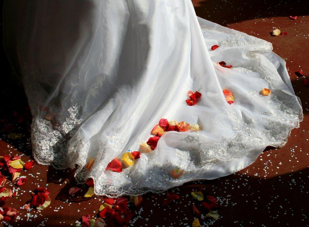 wedding-dress-168979_1920.jpg