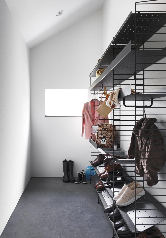 Vi elsker livet med String. Hyllene er selvsagt praktiske i ethvert hjem, men rålekre å se på også. Kul og industriell stil, for den som liker det. Du får dem hos våre lokale partnere Berle Møbler & Interiør på Hop og Nordisk Rom på Os.